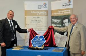 RSC CEO Dr Robert Parker, paid tribute to the life and work of Thomas Graham before inviting Professor Hoffmann to unveil the blue chemical landmark plaque.